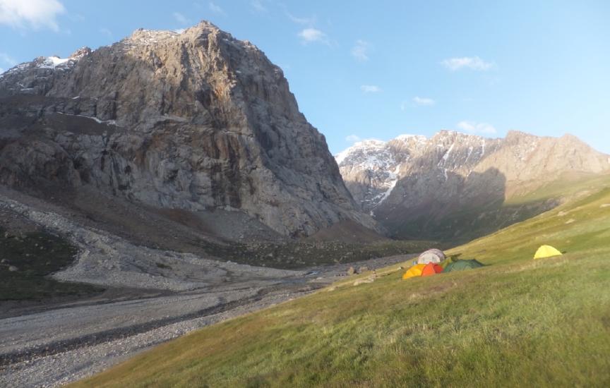 Basecamp mit Blick Richtung Djangart-Pass.