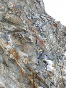 Felskletterei mit Fixseilen oben auf den Grat hoch