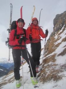 wenig Schnee, Ski am Rucksack